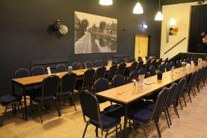 zaal opstelling lange tafels hart van hollandscheveld